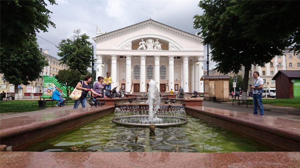 Драмтеатр и фонтан в сквере Театральной площади. Калуга.