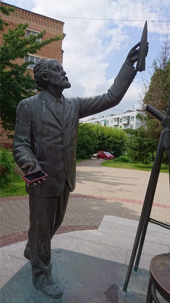 Скульптура Циолковский и Королев в Калуге