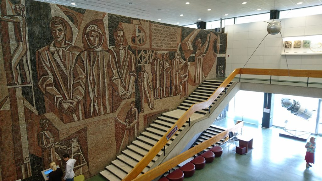 Музей космонавтики. Советская мозаика и лестница на второй этаж.