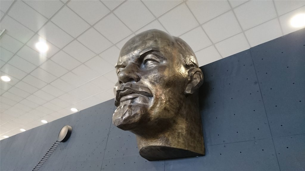 Ленин смотрит на космические аппараты