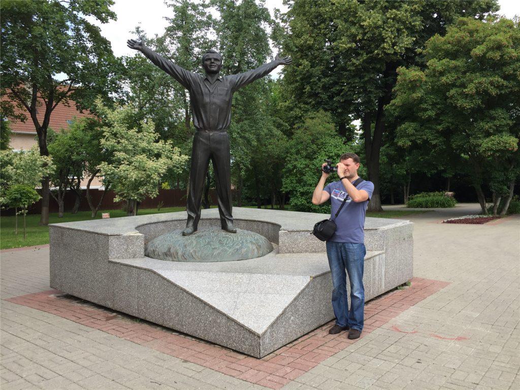 Памятник Гагарину у входа в Музей истории космонавтики