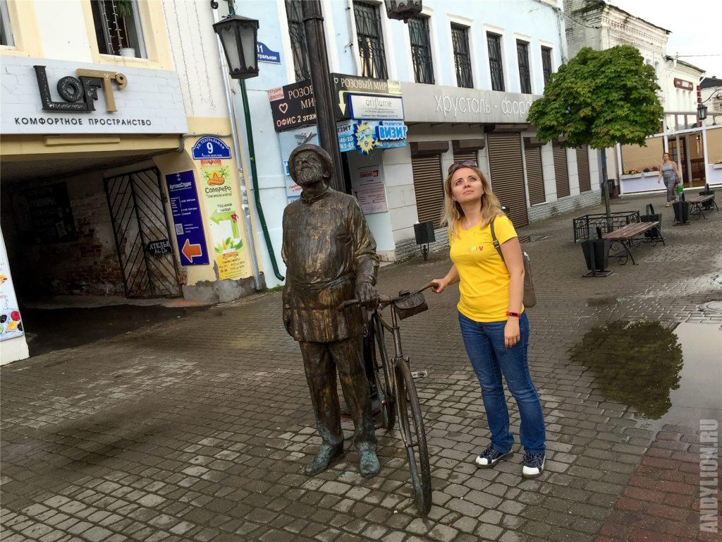 Аня и Циолковский с велосипедом