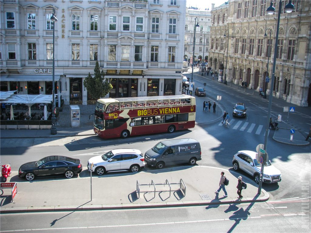 Альбертинаплац и туристический автобус