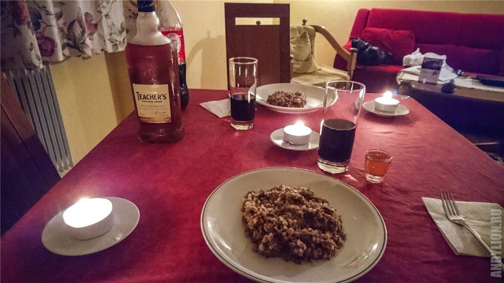 Наш скромный ужин. Гречка, тушенка и виски.