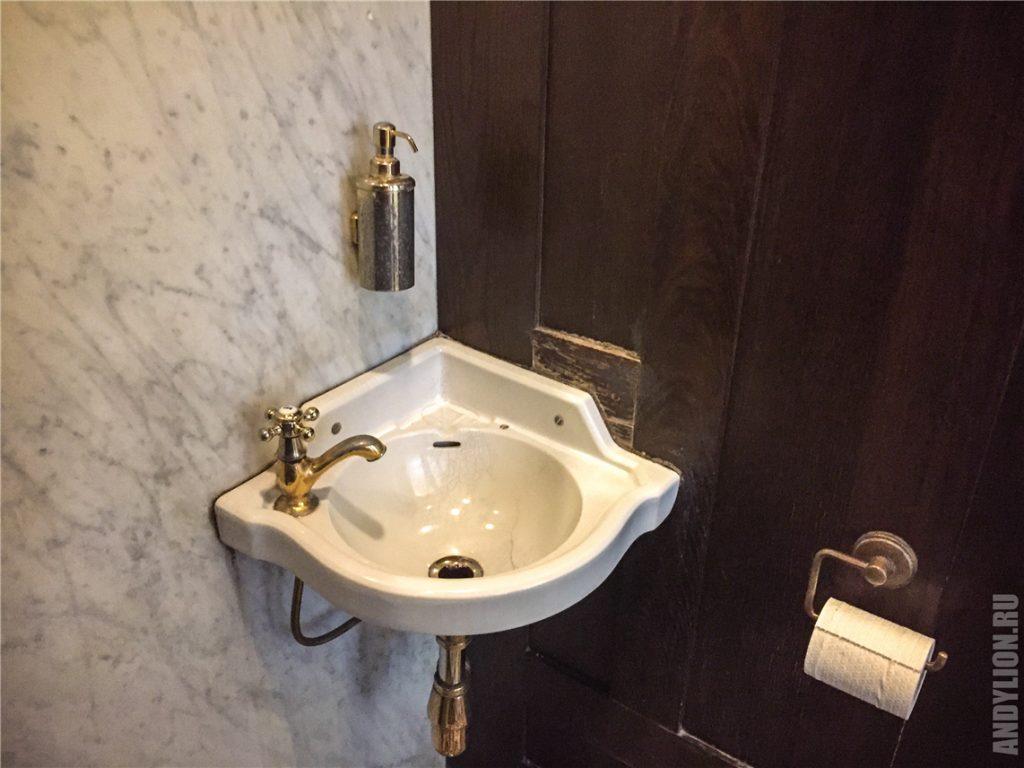 Позолоченный кран в венском общественном туалете