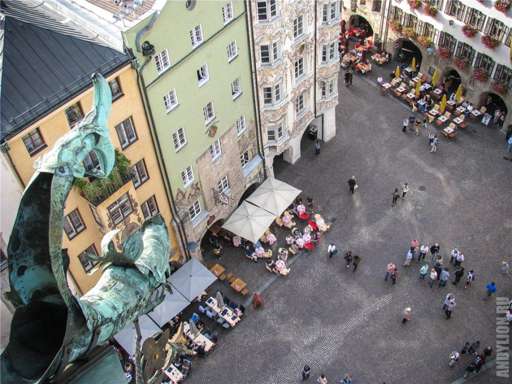 Вид на площадь у дома с золотой крышей с городской башни Stadtturm Инсбрук