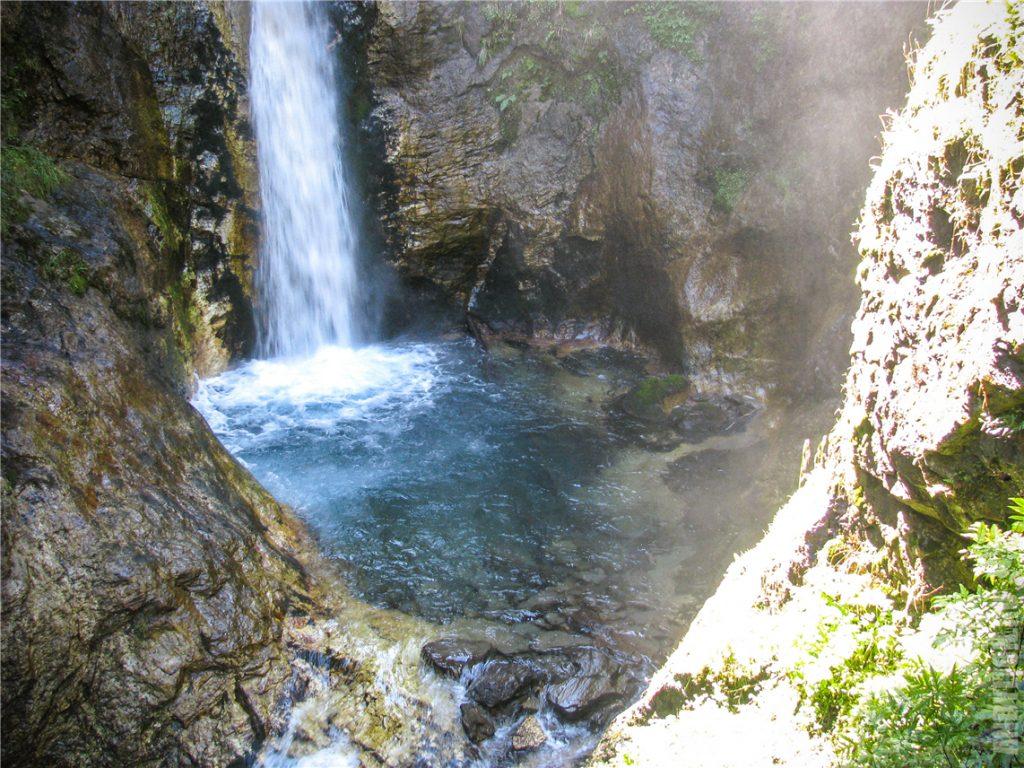 Красивый водопад в ущелье Raggaschlucht