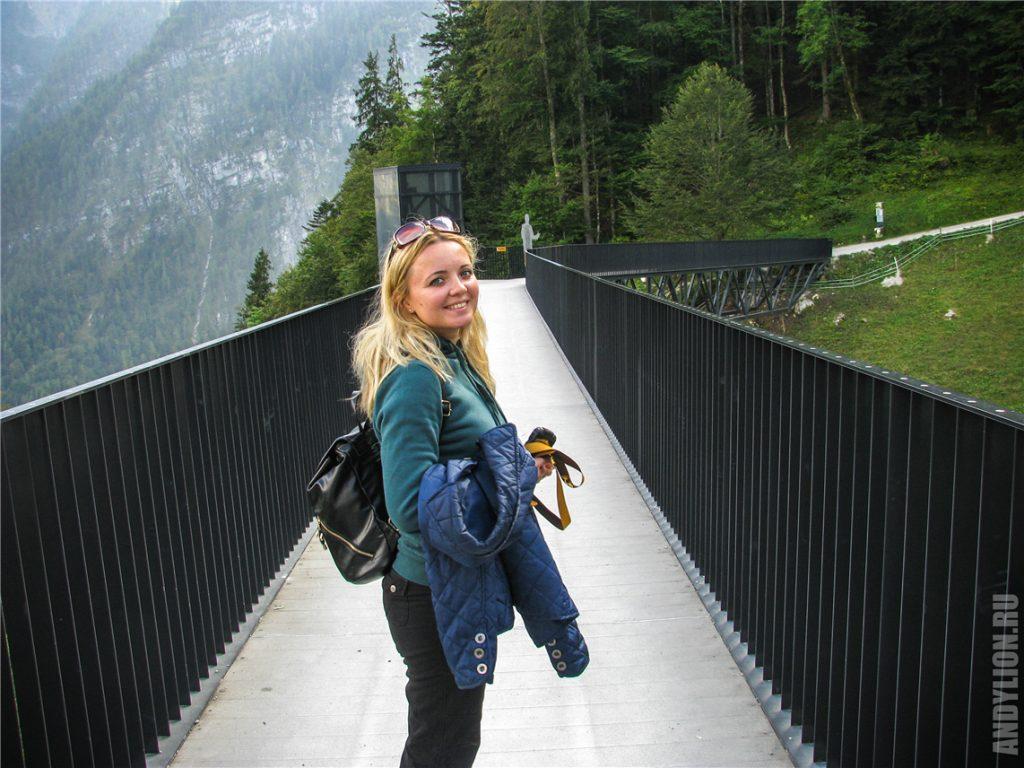 Идем по мосту к панорамному лифту