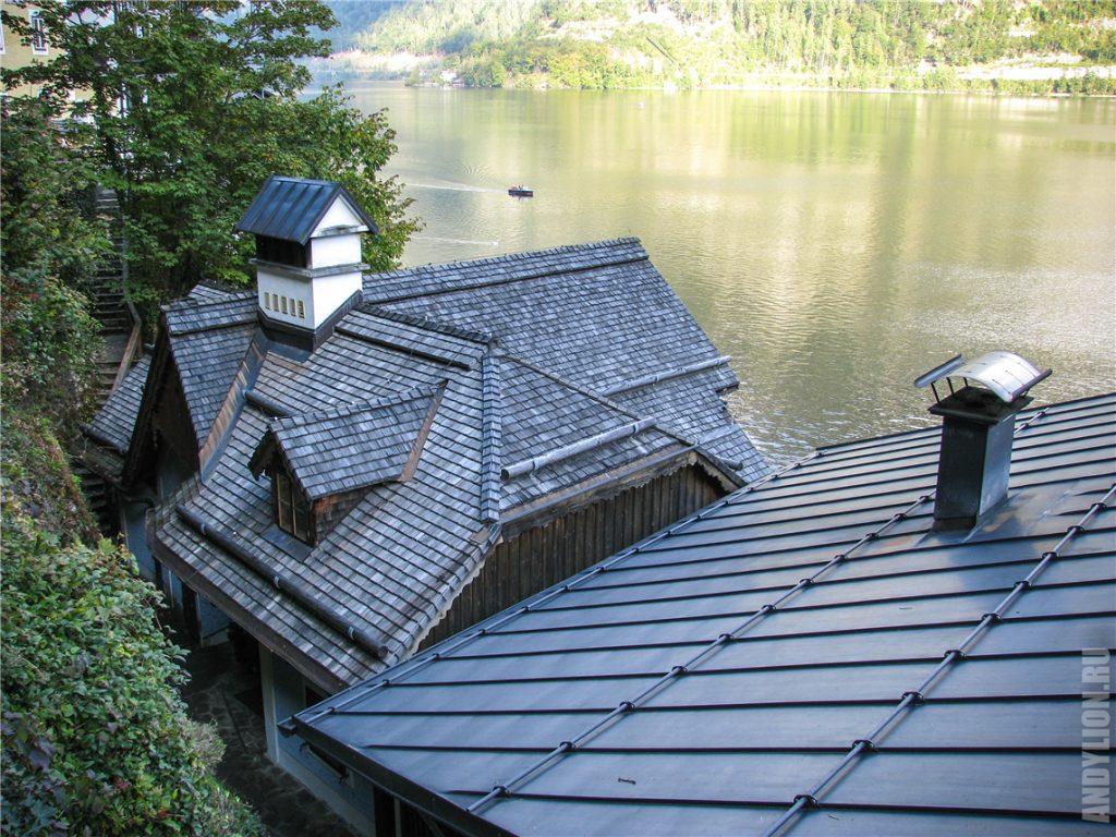 Крыши домиков приозерного городка Гальштат
