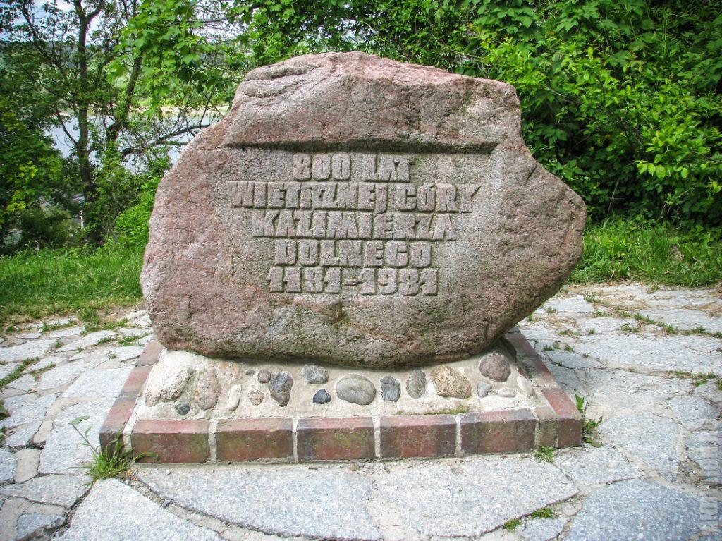 Памятный камень в честь 800-летия Казимеж-Дольны