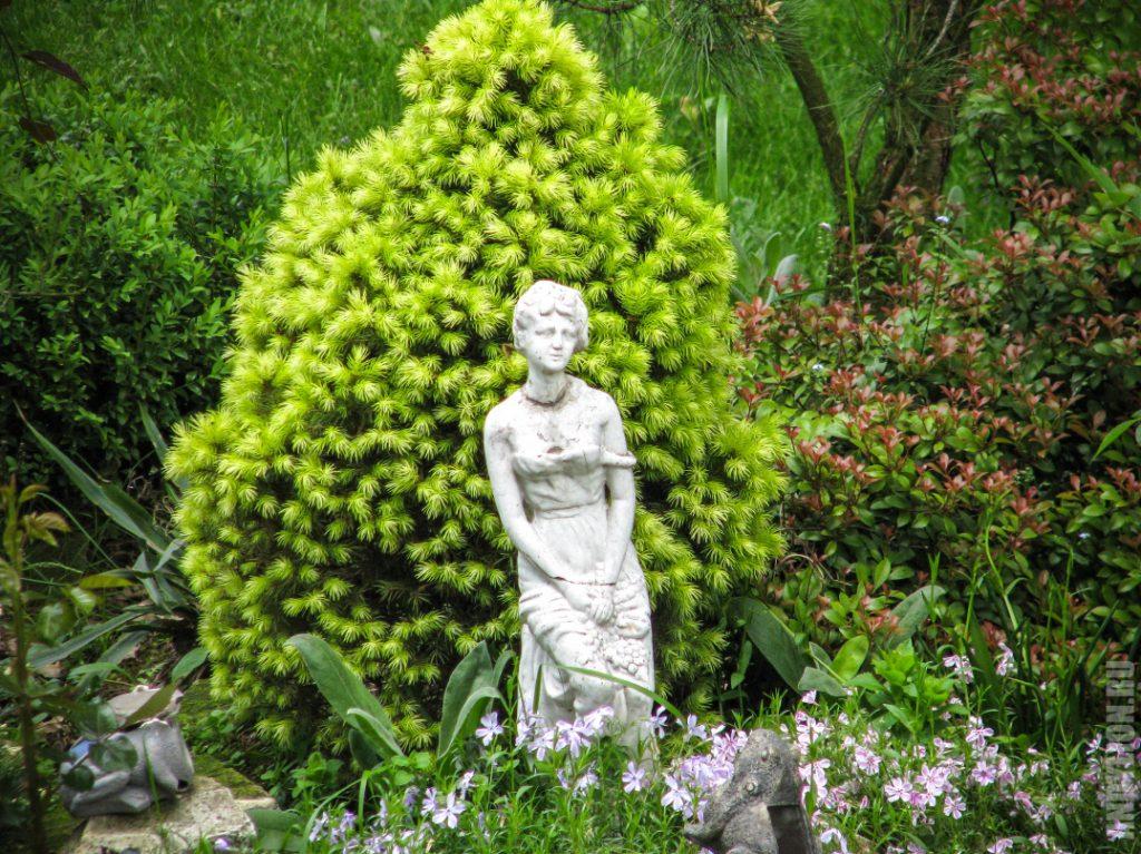 Скульптуры в саду