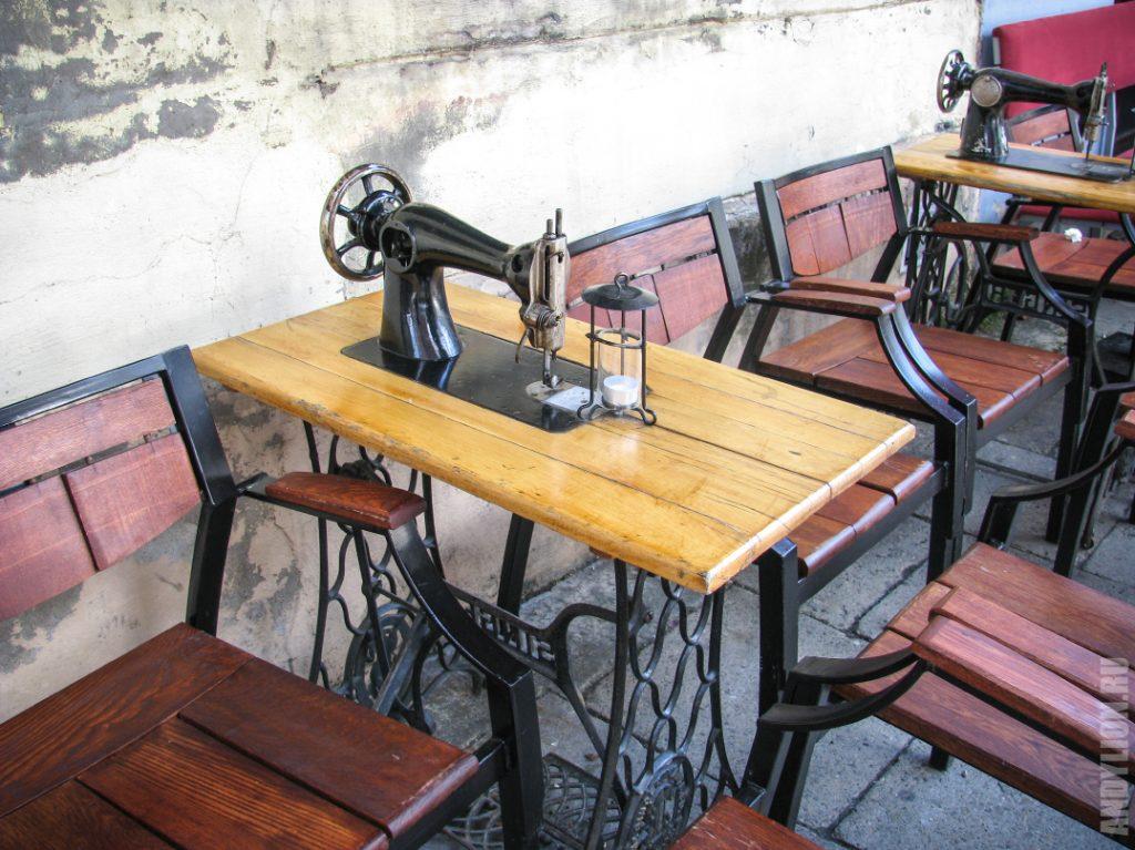 Необычное оформление столиков в кафе. Краков.