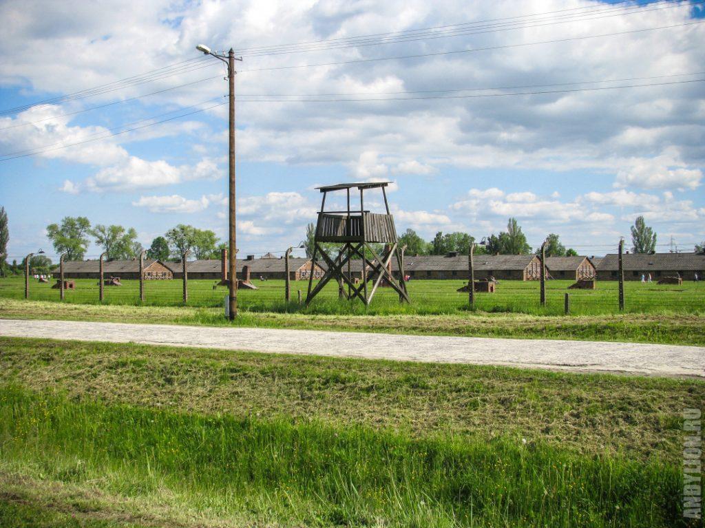 Наблюдательная вышка и сохранившиеся бараки