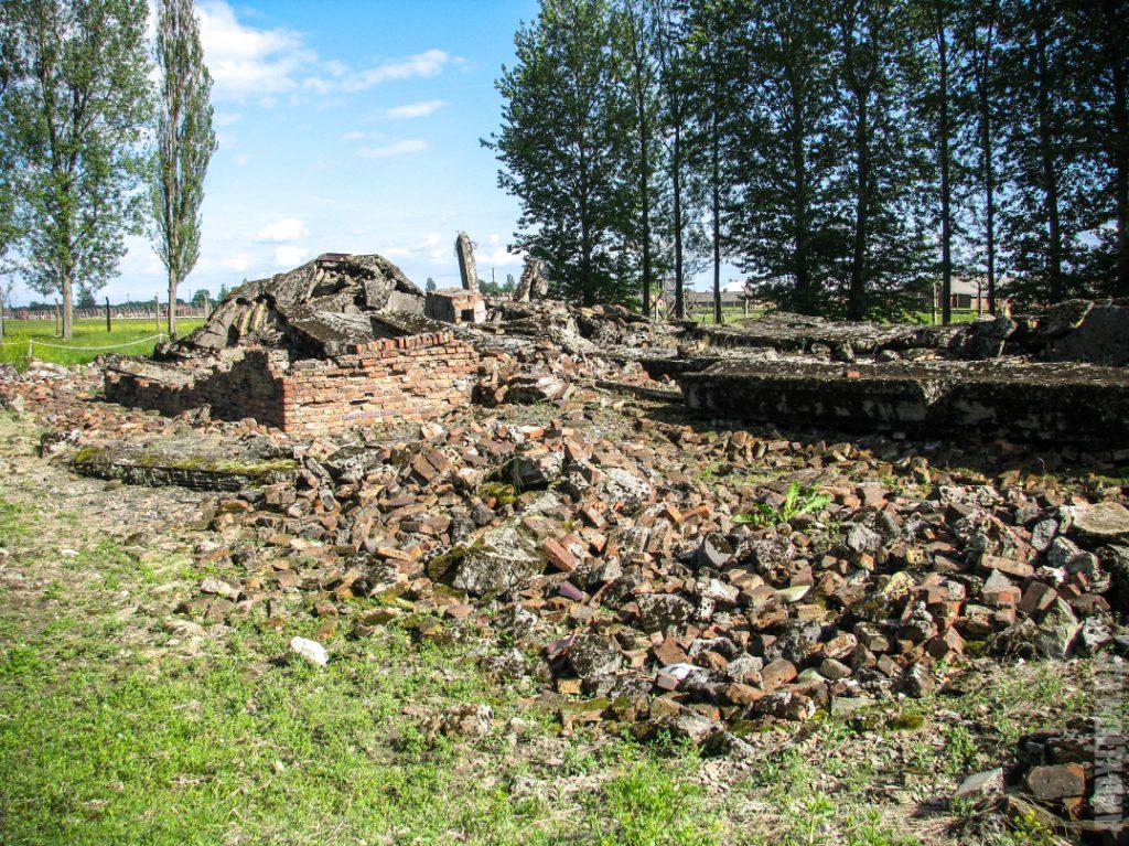 Руины газовых камер
