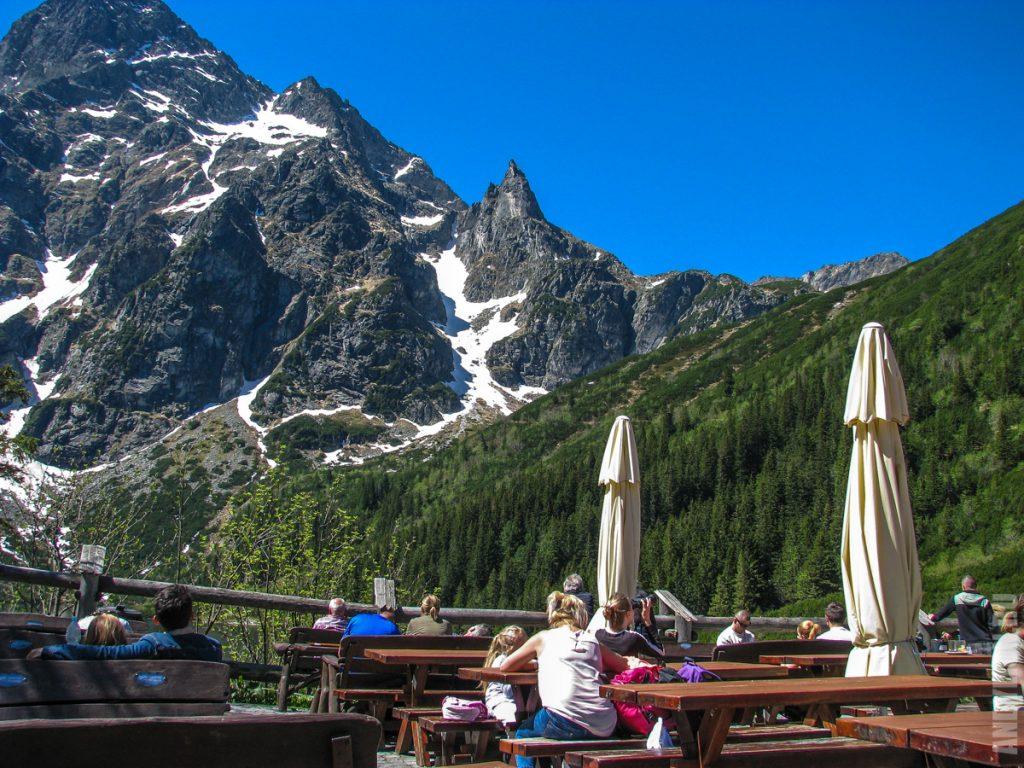 Кафе у приюта Морское Око и вид на горы