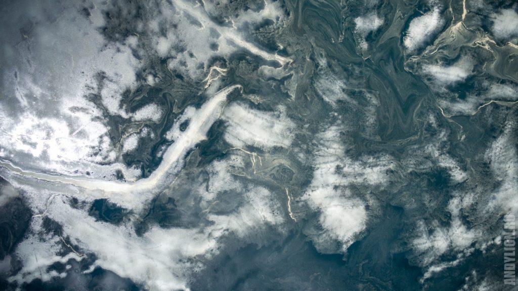 Картины воды и льда на Черном озере