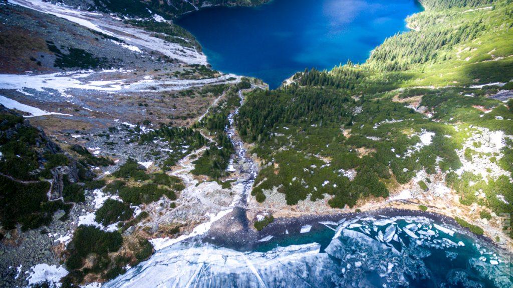 Вода, стекающая из Черного Озеро в Морское Око