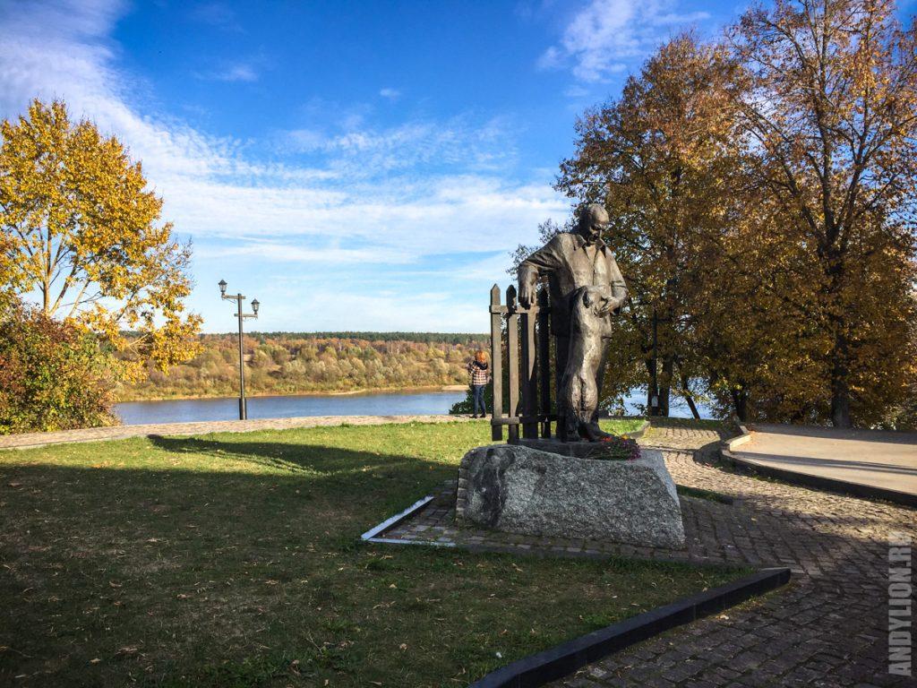 Памятник Паустовскому в Тарусе