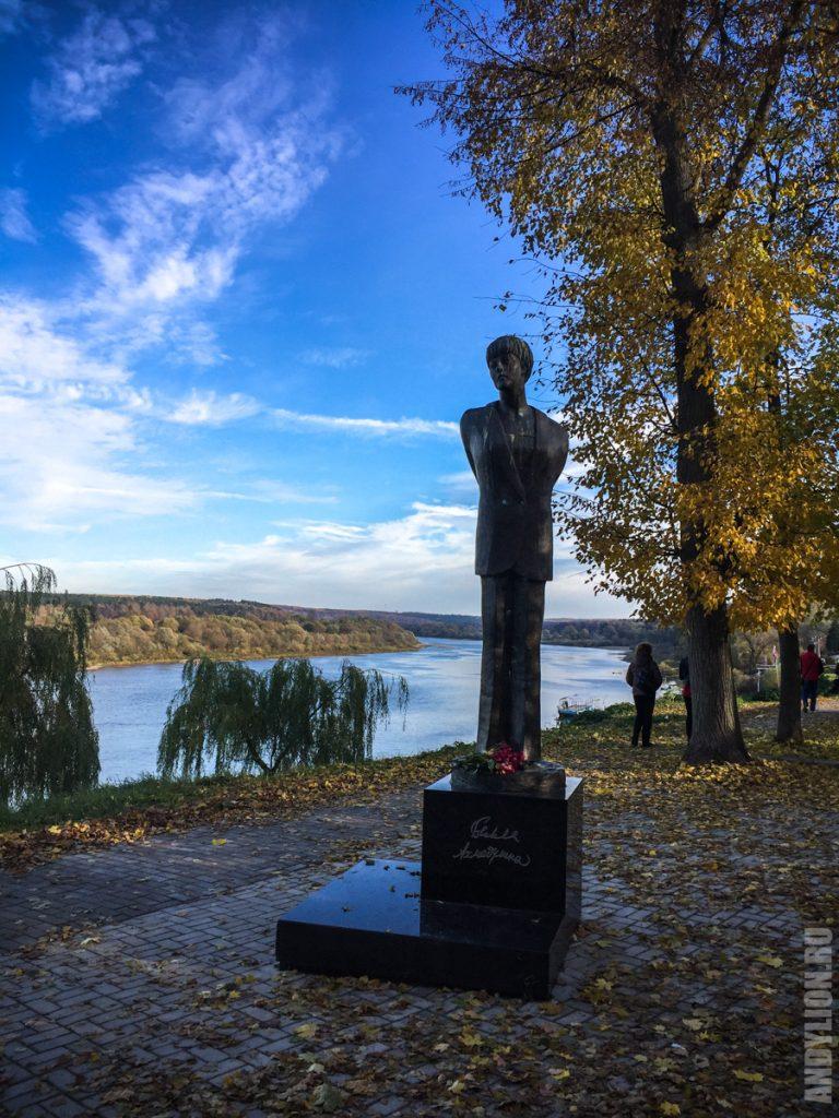 Памятник Ахмадулиной в Тарусе