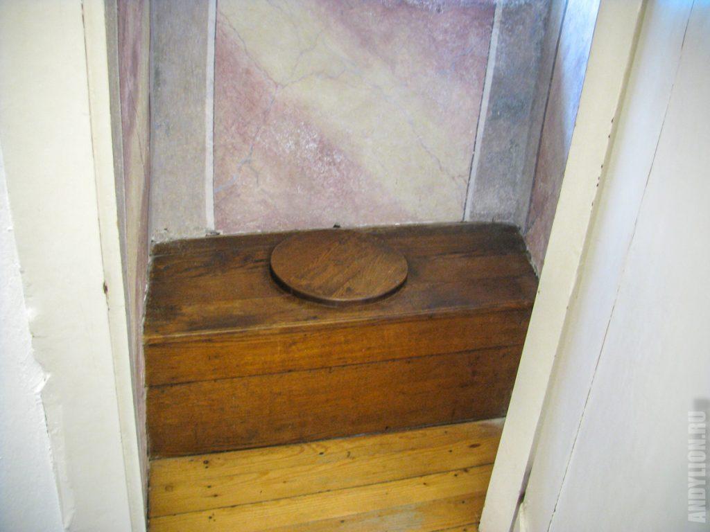 Древний туалет в замке Блед
