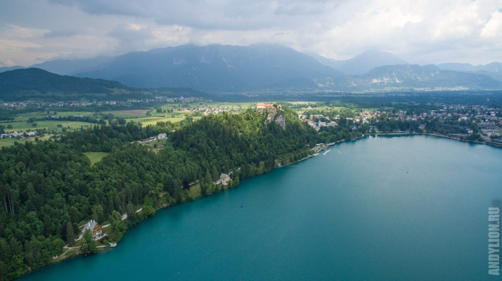 Бледский замок. Вид с квадрокоптера над озером.