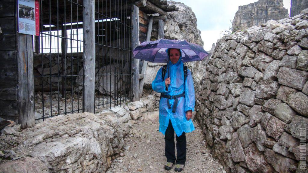 Аня в дождевике и под зонтом в Альпах