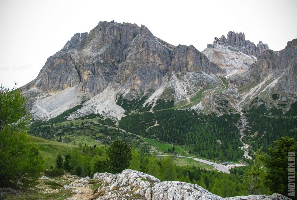 Суровые скалы в Доломитовых Альпах
