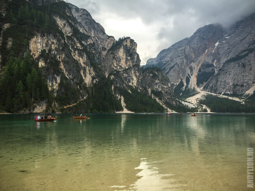Великолепное озеро Брайес в Доломитовых Альпах