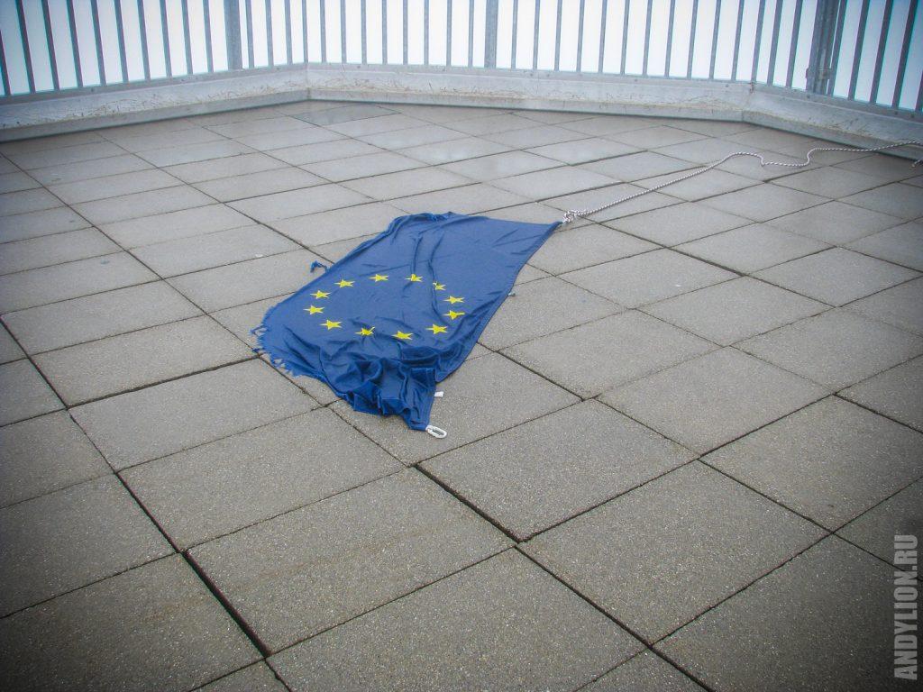 Поверженный флаг Евросоюза