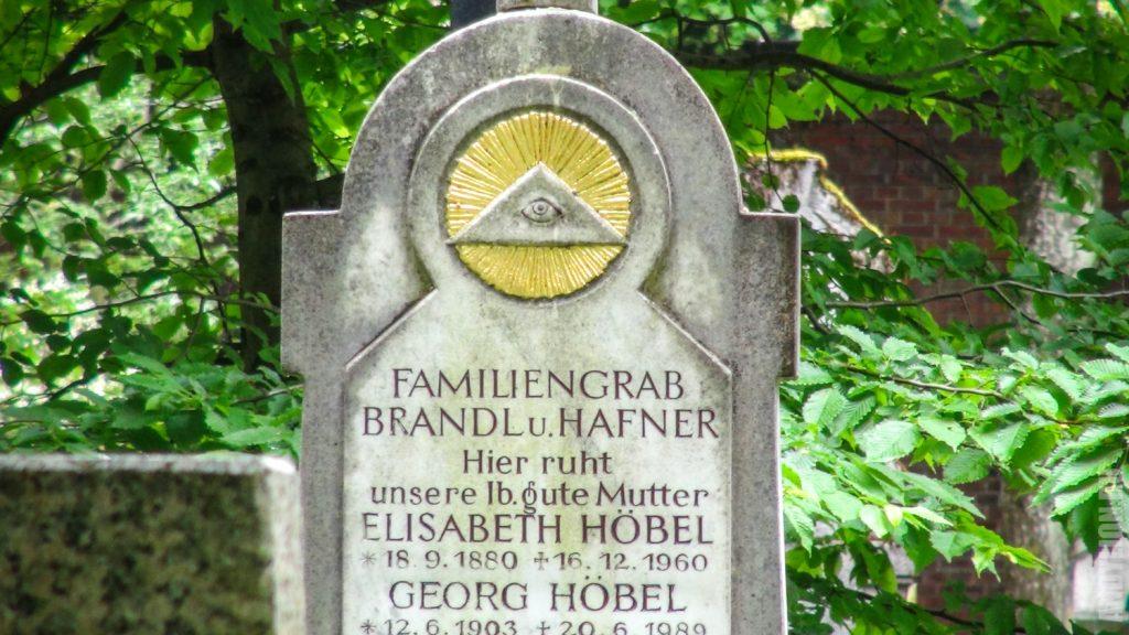 Надгробная плита с масонским знаком