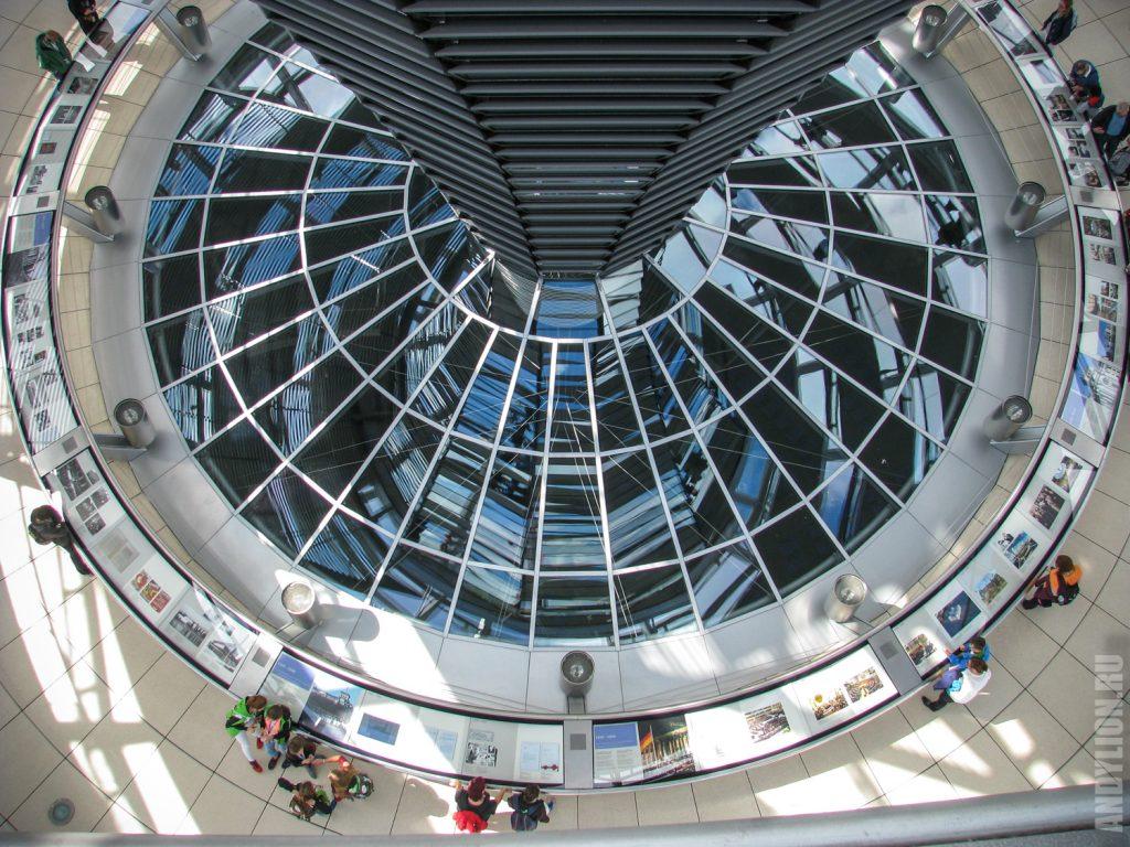 Воронка купола поднимается из зала парламента