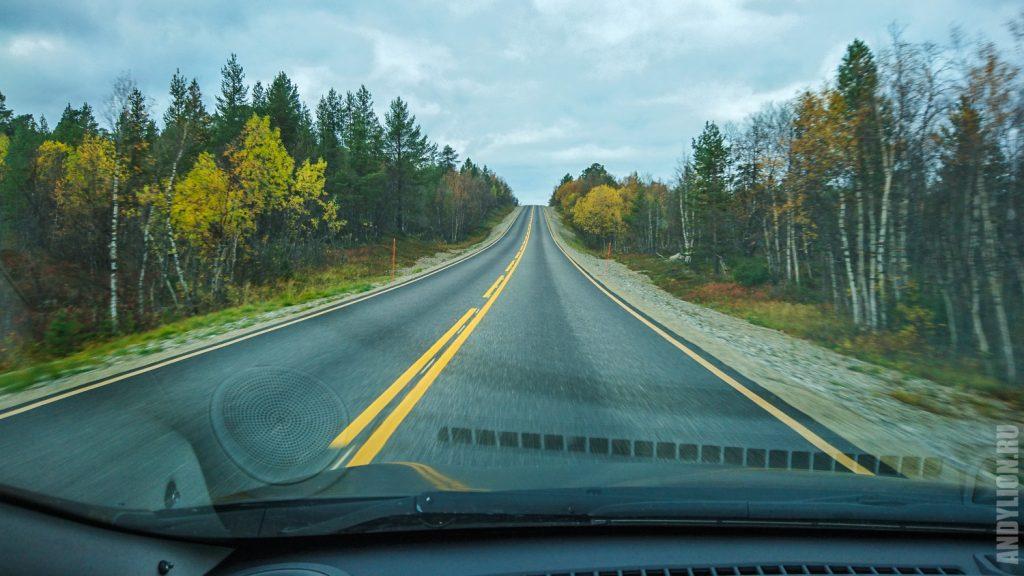 Дорога в северной Лапландии в сентябре