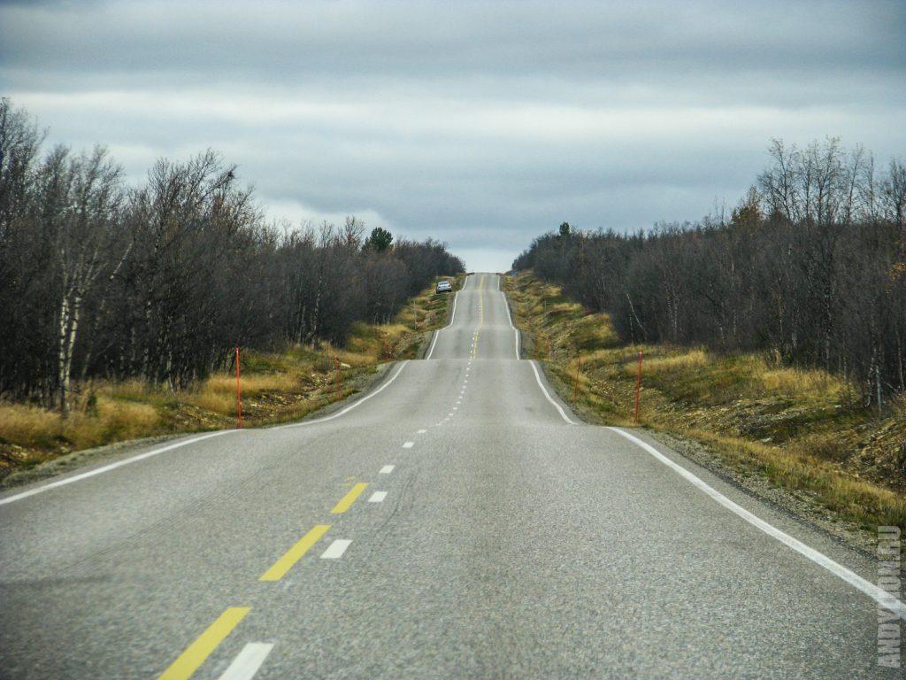 Волнистая дорога в Утсйоки Финляндия осенью