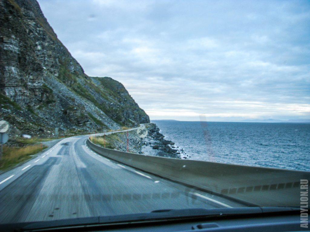 Дорога вдоль Порсангер-фьорд по пути на Нордкап